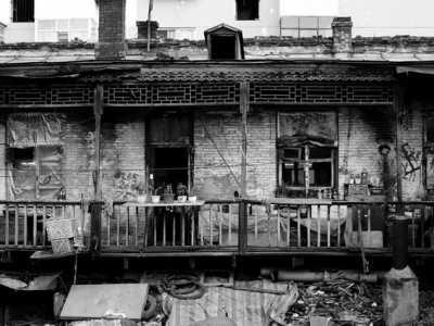 """伪满洲国哈尔滨荟芳里 住的这栋房子也老了"""""""