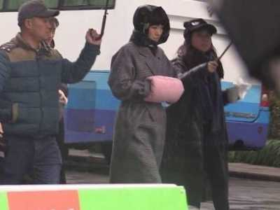 巩俐秋菊 52岁巩俐暴雨中拍戏太敬业