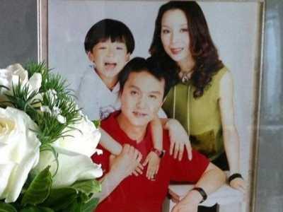 吴刚年轻照片 家里放着年轻时家庭照